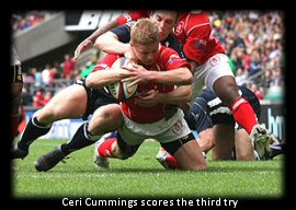 Ceri Cummings scores the third try